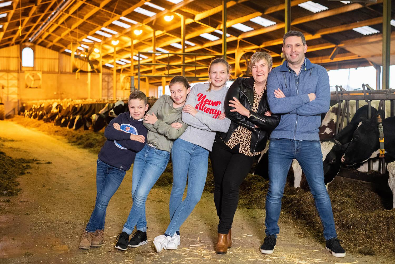 Boer Patrick, boerin Caroline en drie energieke boerenkinderen